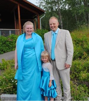 3. juli 2010: Hege, Espen og Amalie feirer bryllupsfest med slekt og venner.