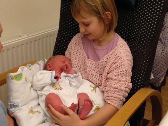 Første møte mellom storesøster Amalie og lillebror Phillip.