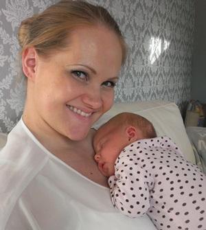 Sånn satt Lilja i flere dager med syk datter på brystet. Nå kan de kose seg sammen i stedet. Foto: privat