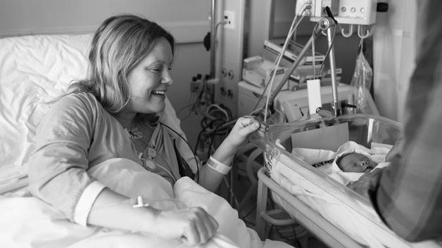 Signe får se Ingrid igjen for første gang etter at hun og pappa forlot operasjonsstua.