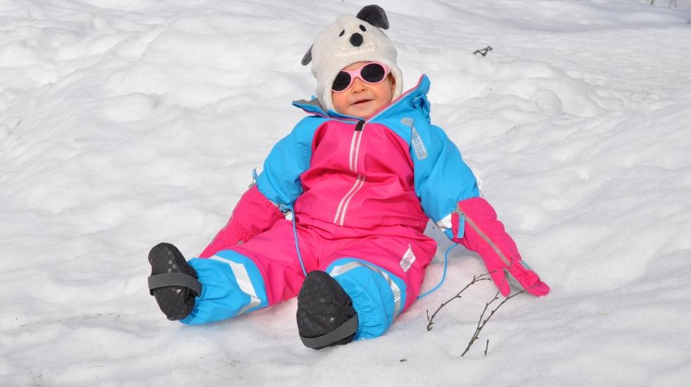 Minien elsker å krabbe rundt i snøen. Foto: privat