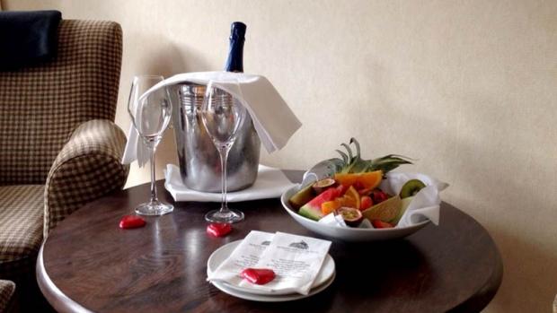 En romantisk hotellweekend kan fort bli ødelagt hvis ikke vinen blir fordelt likt. Her er forresten nok et dilemma: Hvem skal ha det tredje sjokoladehjertet?