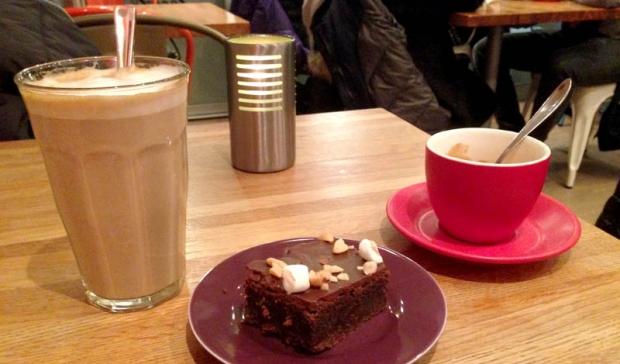 Jeg er ingen tilhenger av romantisk kakespising på kafé. Gi meg mitt eget stykke!