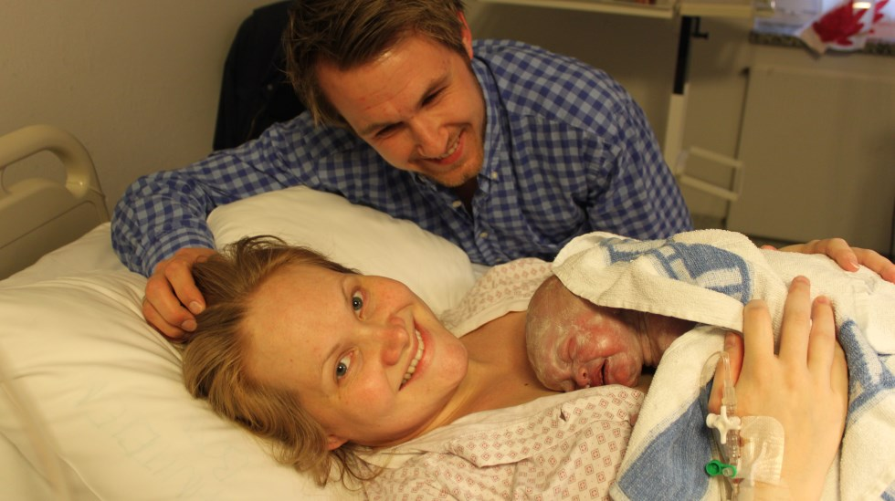 Stolte foreldre ønsker lillesøster velkommen. Foto: privat
