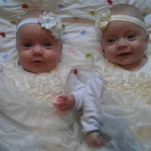 Det er ikke lett å se at Aurora og Leah hadde en tøff start på livet. Foto: privat