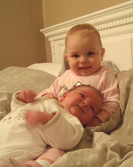 Det er bare 13 måneder mellom storesøster Isabella og Sander.