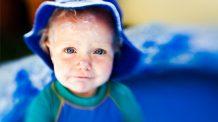Smøre solkrem på barn