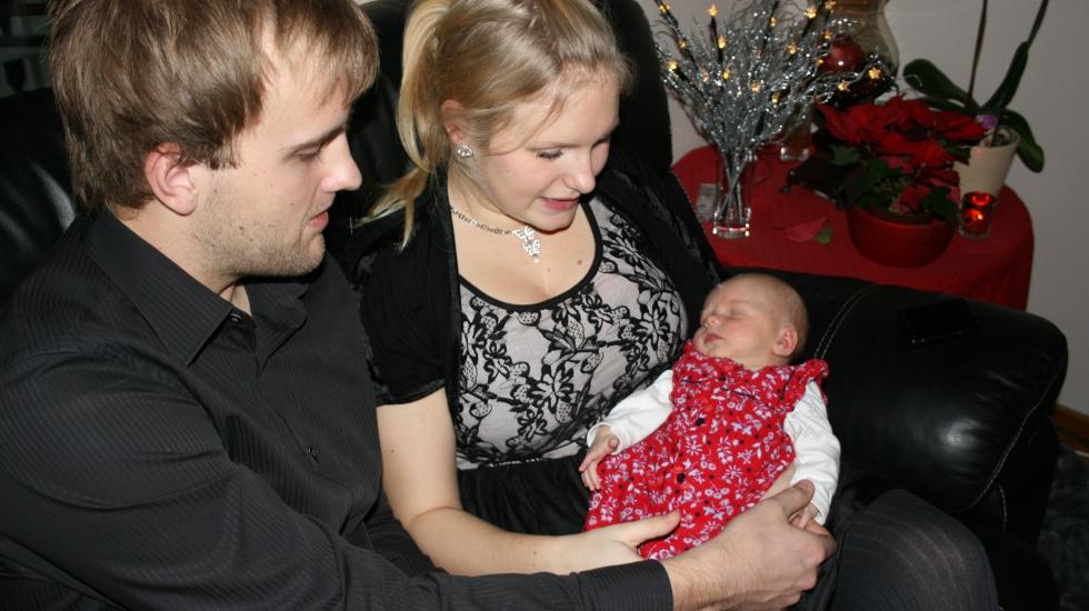 Her er Camilla og Cato med 10 dager gamle Mathilde. Morsfølelsen var ikke på plass, men Camilla trodde det skyldtes smerter etter keisersnittet. Foto: privat