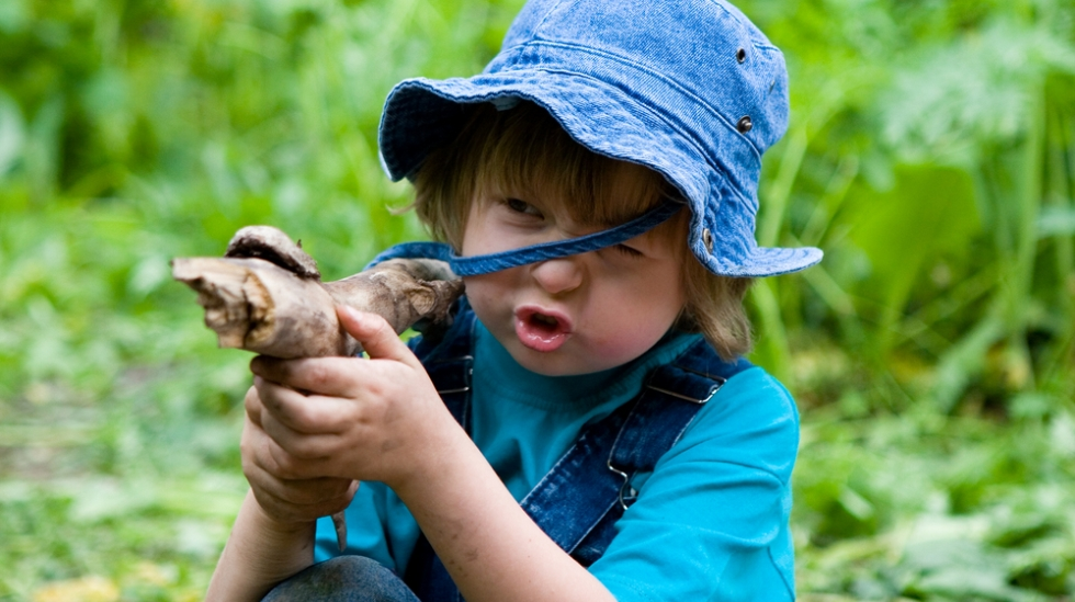 Barn er ofte ikke store før de begynner med lekevåpen. Og har de ikke noe, kan pinner gjøre nytten. Illustrasjonsfoto: Shutterstock
