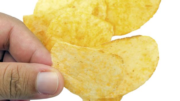 Deilig med chips - men egentlig forbudt midt i uken. Illustrasjonsfoto: Shutterstock