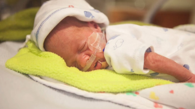 Walker 44 dager gammel. Denne dagen ammet mamma ham for første gang.