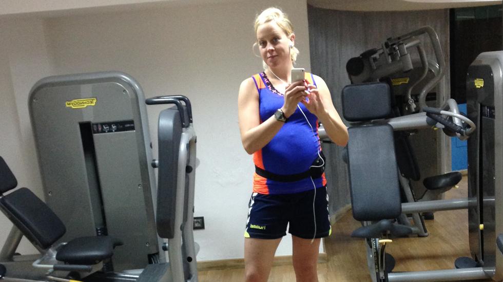 Drøye to måneder til termin - og fremdeles driver Mari med styrketrening. Alle foto: privat