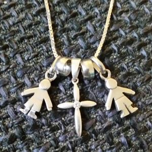 Eli Janne Gravem bærer et smykke som viser at hun er mamma til to gutter og en liten engel.