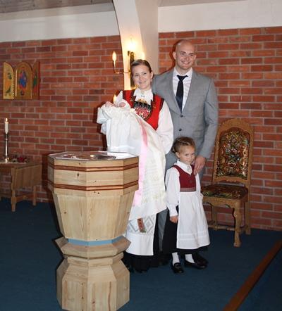 Jannike sammen med ektemannen og deres to døtre i Leonoras dåp. Foto: privat