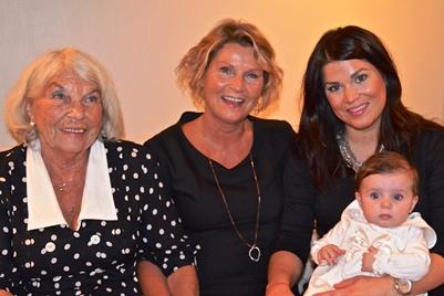 Elise sammen med mamma, mormor og oldemor. Foto: privat