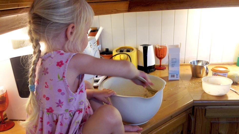 Treåringen fikk sitte på kjøkkenbenken da vi skulle bake sammen. Alle foto: privat