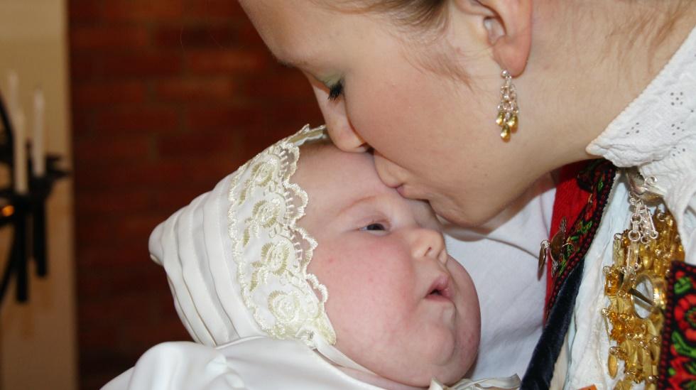 Jannike Augestad sammen med dåpsbarnet Leonora, som ble døpt da hun vare tre måneder gammel. Foto: privat
