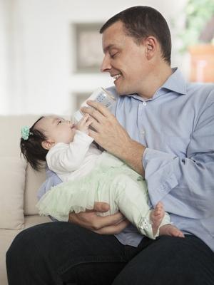 Det kan være hyggelig for pappa og andre også å kunne mate babyen.