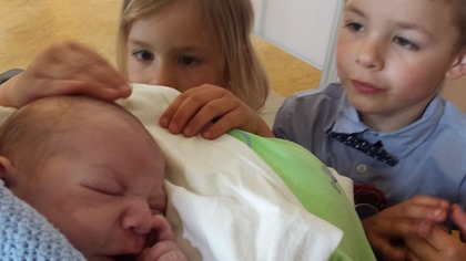 Første møte mellom storesøster, storebror og lillebror.