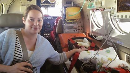 Ulrik og mamma på ambulanseflyet på vei hjem.