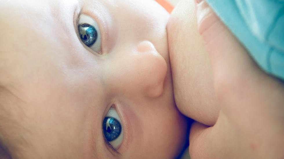 For stor melkeproduksjon er verken behagelig for mor eller barn. Illustrasjonsfoto: Shutterstock