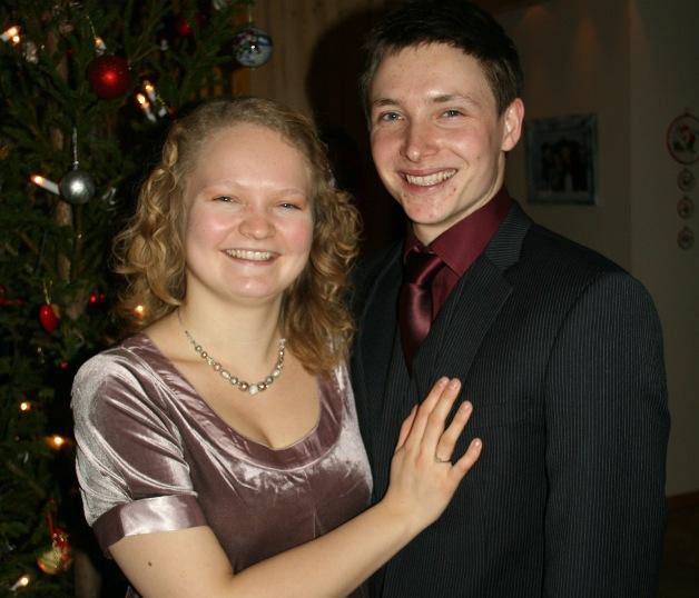 Nyforlova og stolte. Vi bestemte oss fort for å gifte oss på min 25-årsdag.