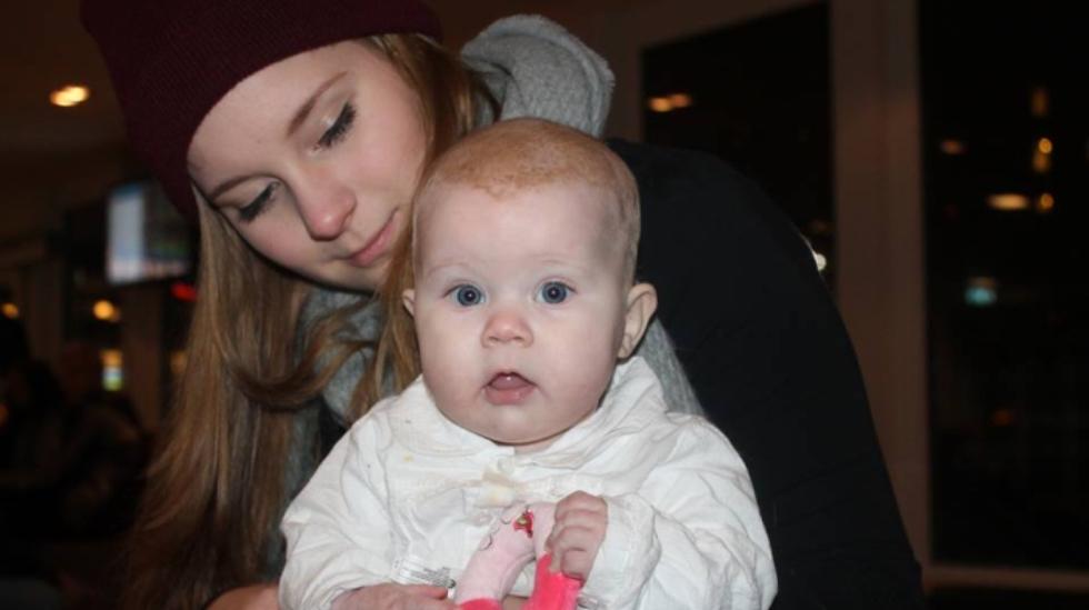 Emilie Auli Karlsen med datteren Sarah-Isabell. Foto: privat