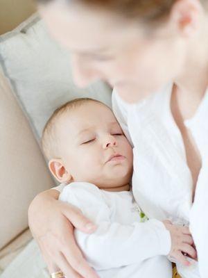 Tenk at vi mente at små babyer ikke skulle få sovne ved puppen! Kanskje vil de neste generasjonene si noe sånt? Foto: Shutterstock