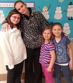 Mamma Megan sammen med de tre eldste døtrene.