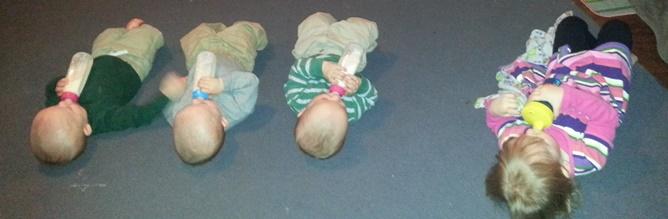 Spisetid for de fire yngste på matten på stuegulvet.