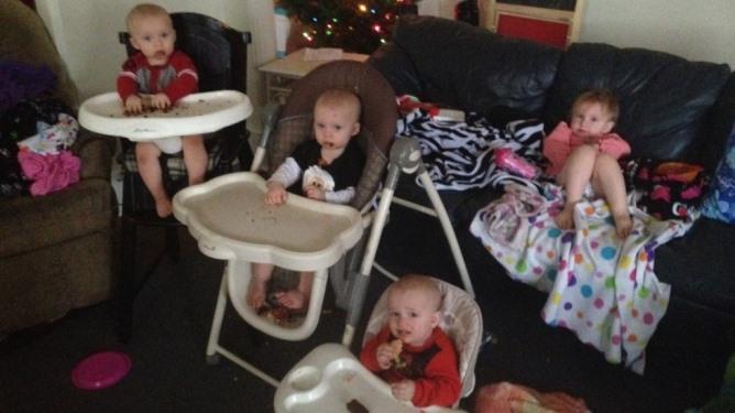Megans fire yngste barn, trillingene Clyde, Matthew og Thomas (1) og Charlotte (2). Til sommeren vil mamma Megan ha seks barn under tre år! Foto: pappa Clyde Bodge