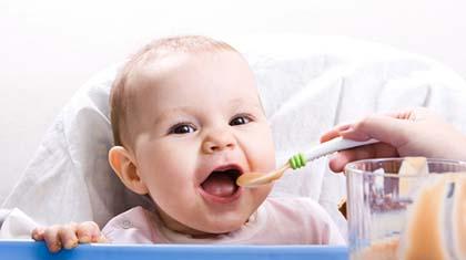 Det er helt normalt at det tar tid før babyen spiser et helt måltid med fast føde. Det er sånn det skal være.