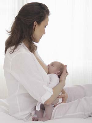Det kan være lurt å prøve ulike ammestillinger også. Har babyen vondt i ørene er det lurt å la hodet være høyere enn kroppen.