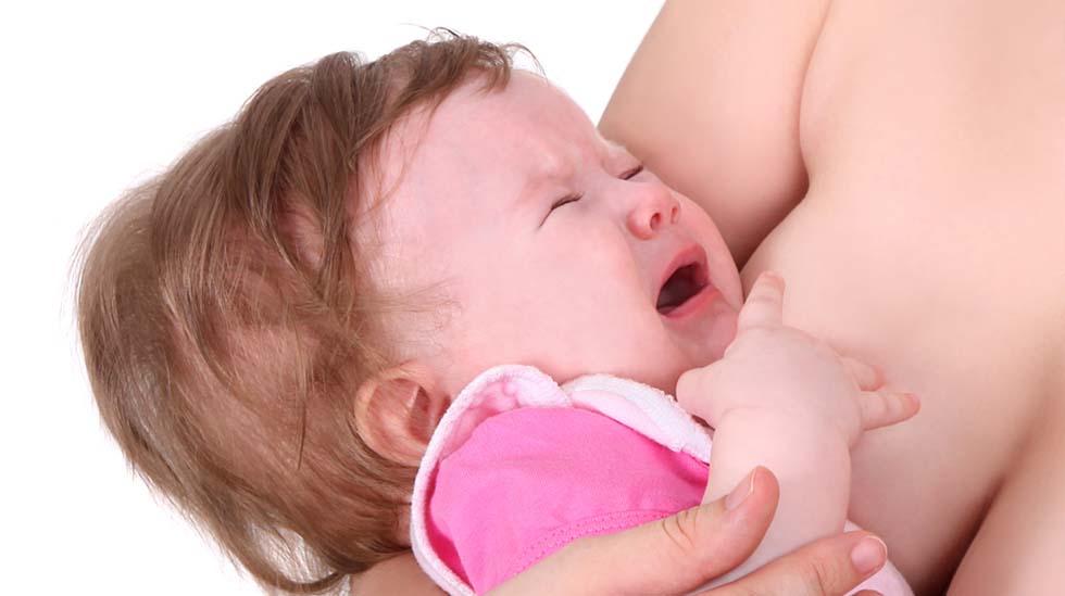 Ved brystvegring nekter babyen å ta brystet, eller vil ikke mer etter bare noen få tak. Illustrasjonsfoto: Shutterstock
