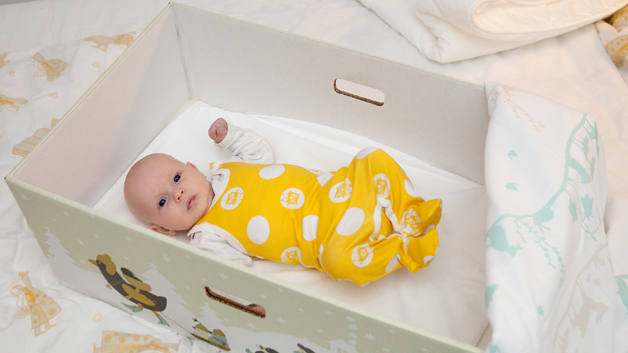 En seng til den lille. Nå med nytt design av Reeta Ek. Foto: Nana Uitto, Kela