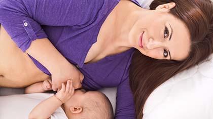 Det er bevist: natammende mødre sover mer og bedre enn mødre som må opp og gi flaske på natten.