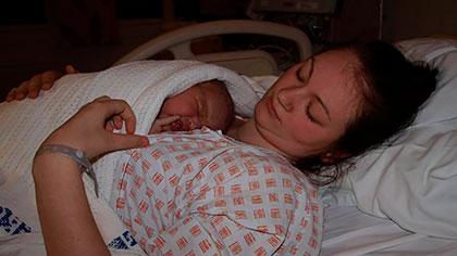 En rolig stund for mor og datter etter fødselen. Foto: privat