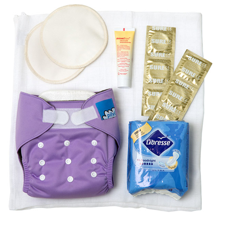 Tøybleie med to innlegg, ammeinnlegg, to gaskluter, krem til brystvorter, bind og kondomer.