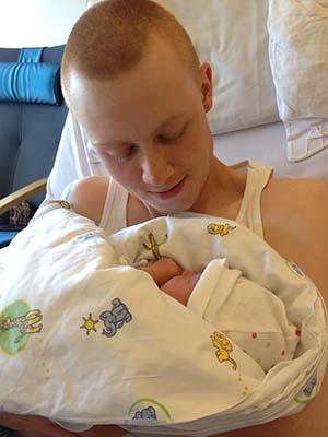 Pappaen gikk glipp av fødselen, men fikk kost masse med datteren da han kom fram.
