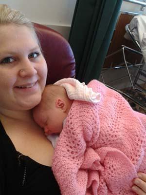 Stolt mamma og søte lille Bella. Foto: privat