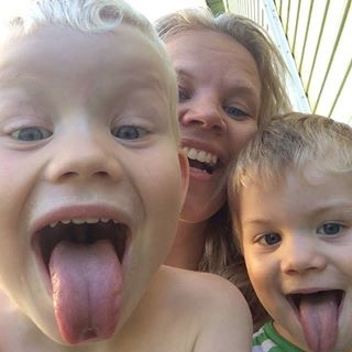 Merete sammen med sønnene Sebastian (t.v.) og Kristoffer - friske og glade.