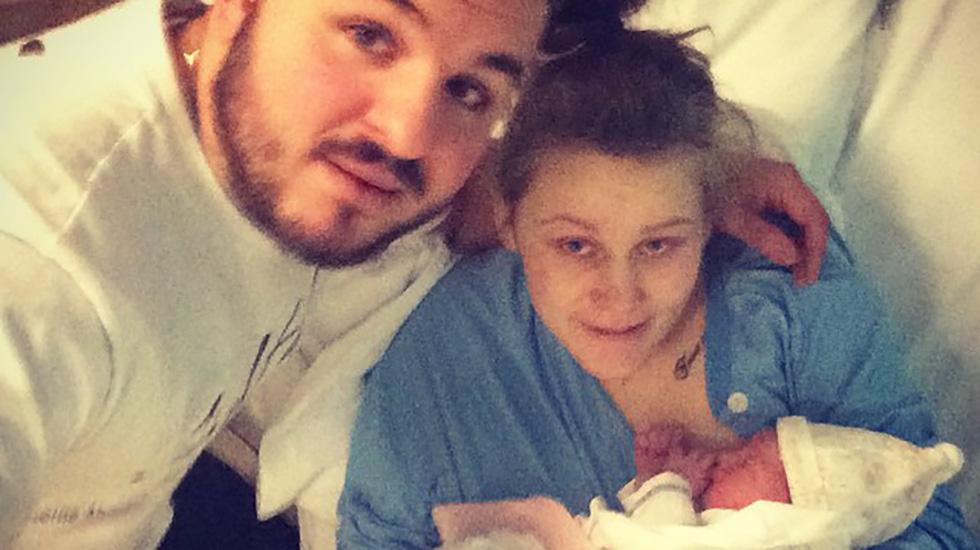 Mamma Rebecca og pappa Daniel med sin søte lille datter tre timer etter fødselen. Foto: privat
