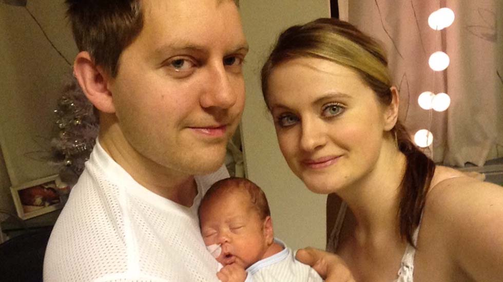 Pappa Vidar, vesle Noah og mamma Celina feirer jul. Foto: privat