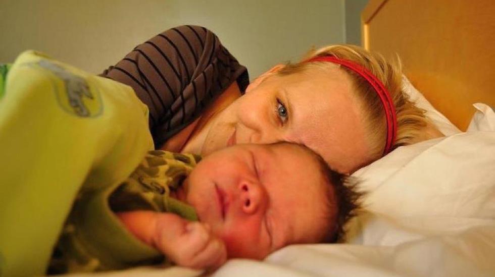 Merete Sand sammen med sønnen Kristoffer da han var én dag gammel. Foto: privat