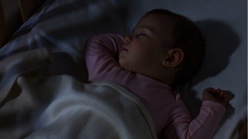når kan baby sove på eget rom