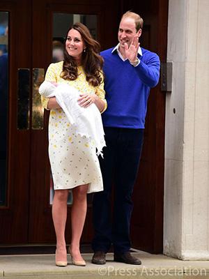 Hertuginne Kate med datteren på armen, og prins William fotografert utenfor sykehuset lørdag. Foto: @KensingtonRoyal