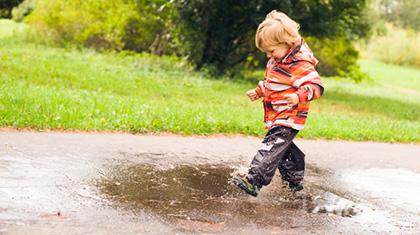 Regntøy blir også vått. Et ekstra skift kan være praktisk å ha for å unngå at barnet blir vått og kaldt.