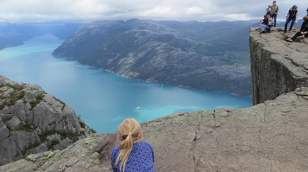 Det er verdifullt å kjenne sine egne grenser, mener fastlege Kari Løvendahl Mogstad. Her er en av døtrene hennes på Preikestolen. Foto: privat