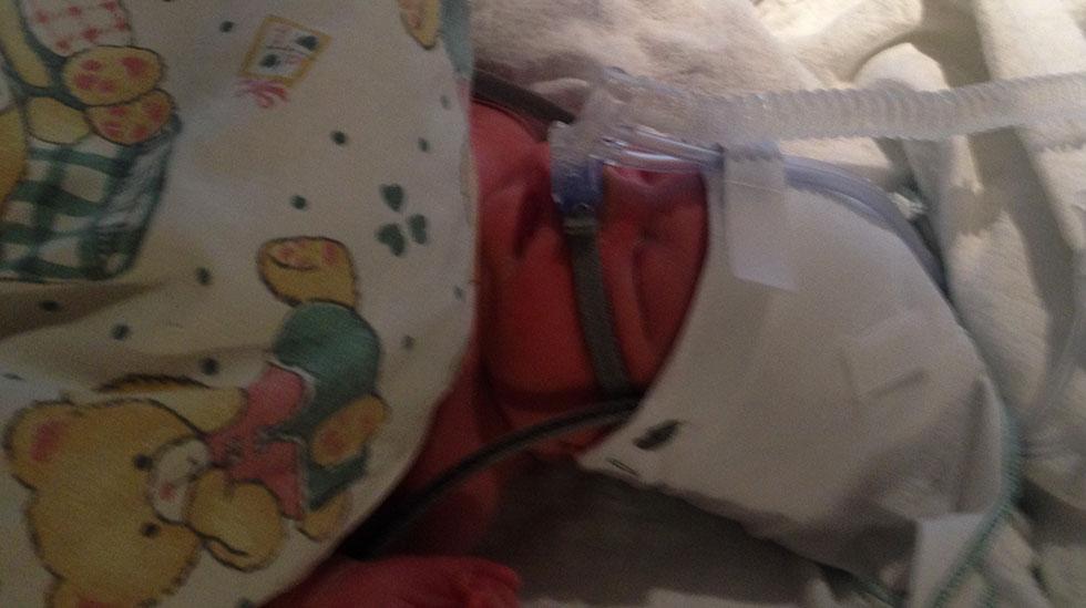 Første bildet av Martin Leander på nyfødtintensiven. Foto: privat