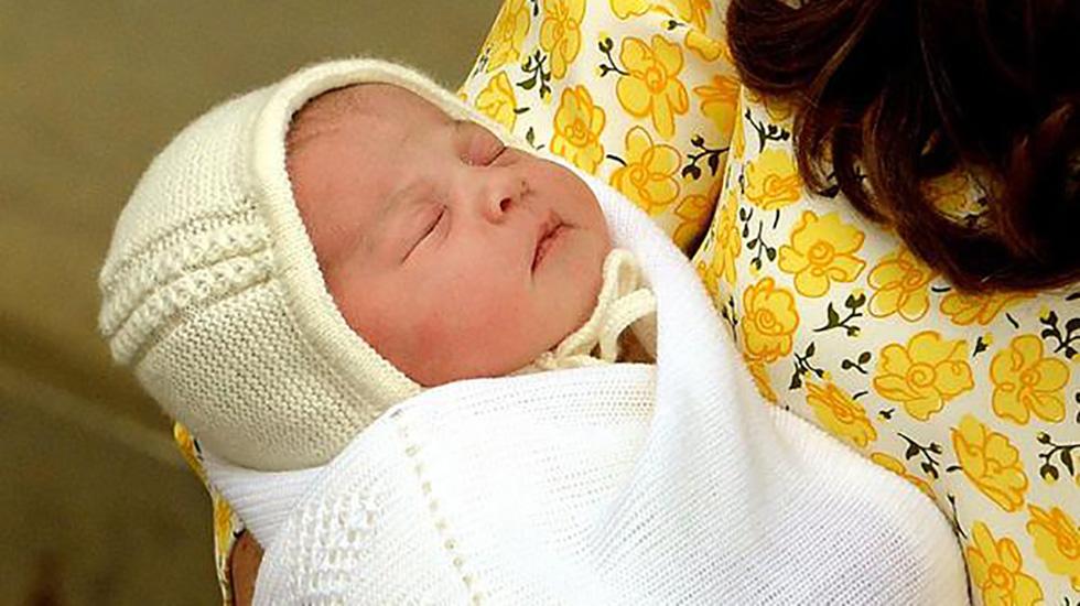Her er den søte prinsessen bare timer gammel. Foto: @KensingtonRoyal